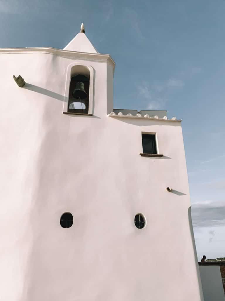 Het witte kerkje Chiesa del Soccorso in Forio