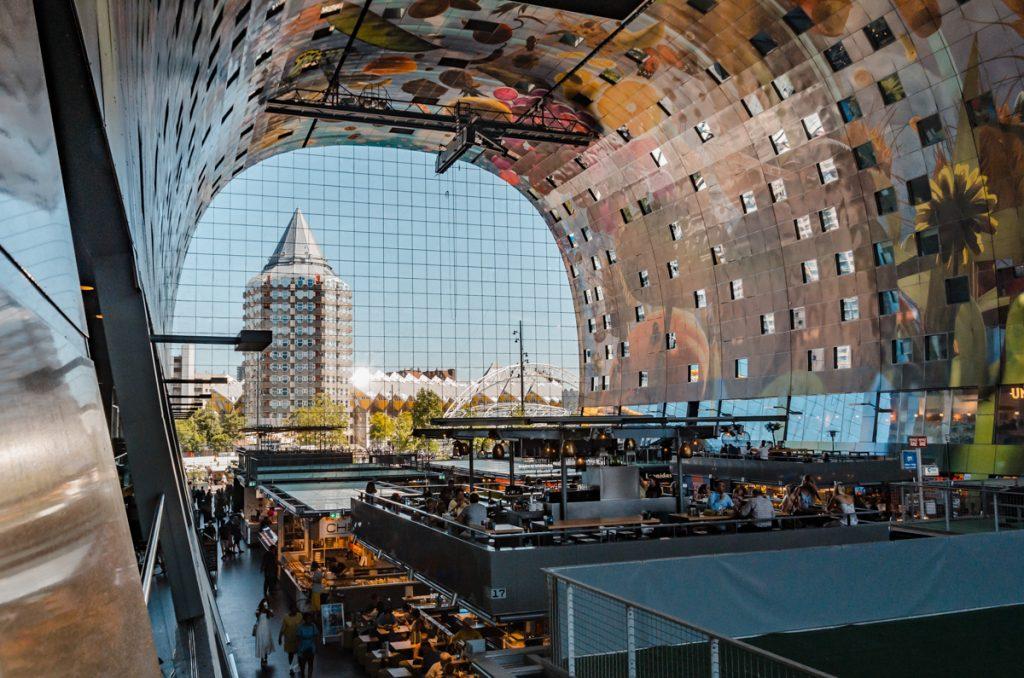 Het potloodgebouw in Rotterdam, gefotografeerd vanuit de Markthal