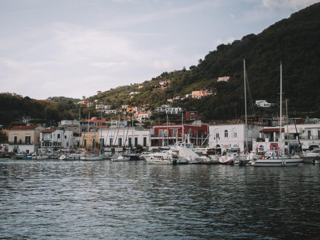 De haven van Ischia, vol met boten en kleurrijke pandjes