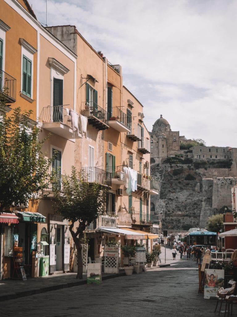 Kleurrijke gebouwen met het kasteel op de achtergrond
