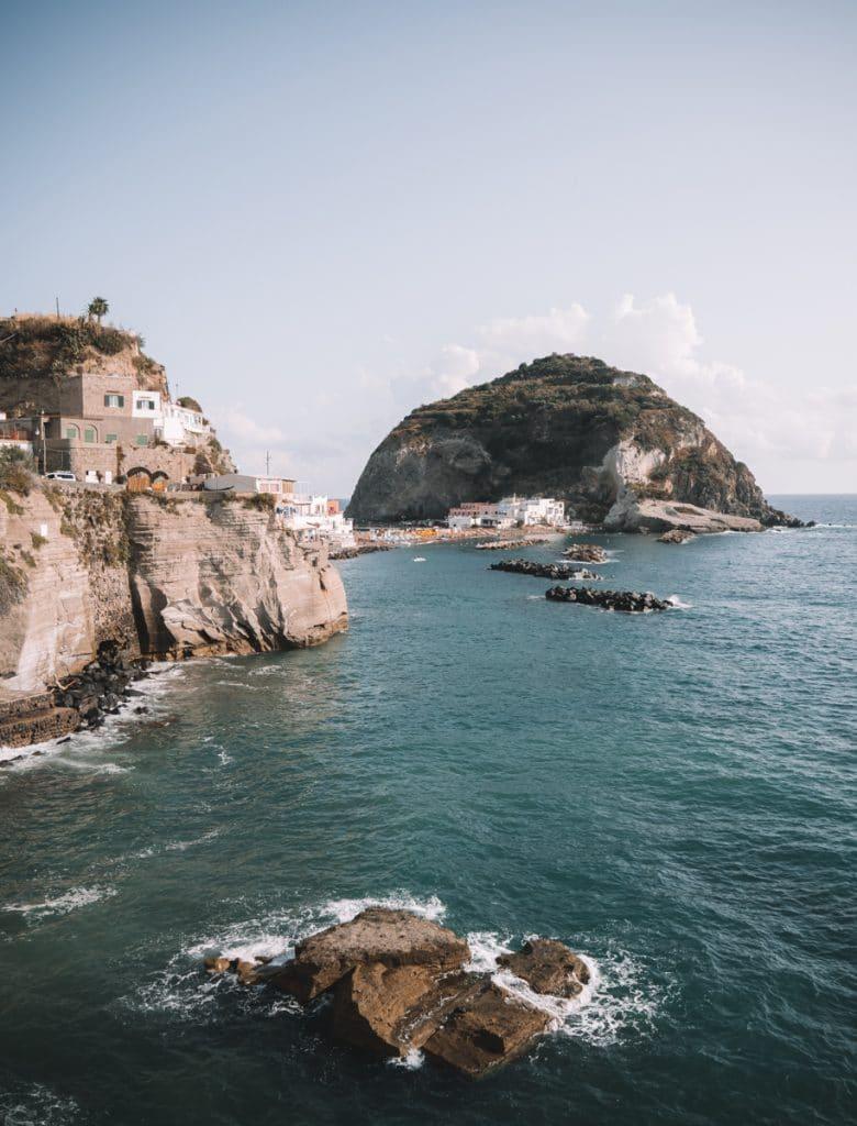 Prachtige kustlijn van Ischia