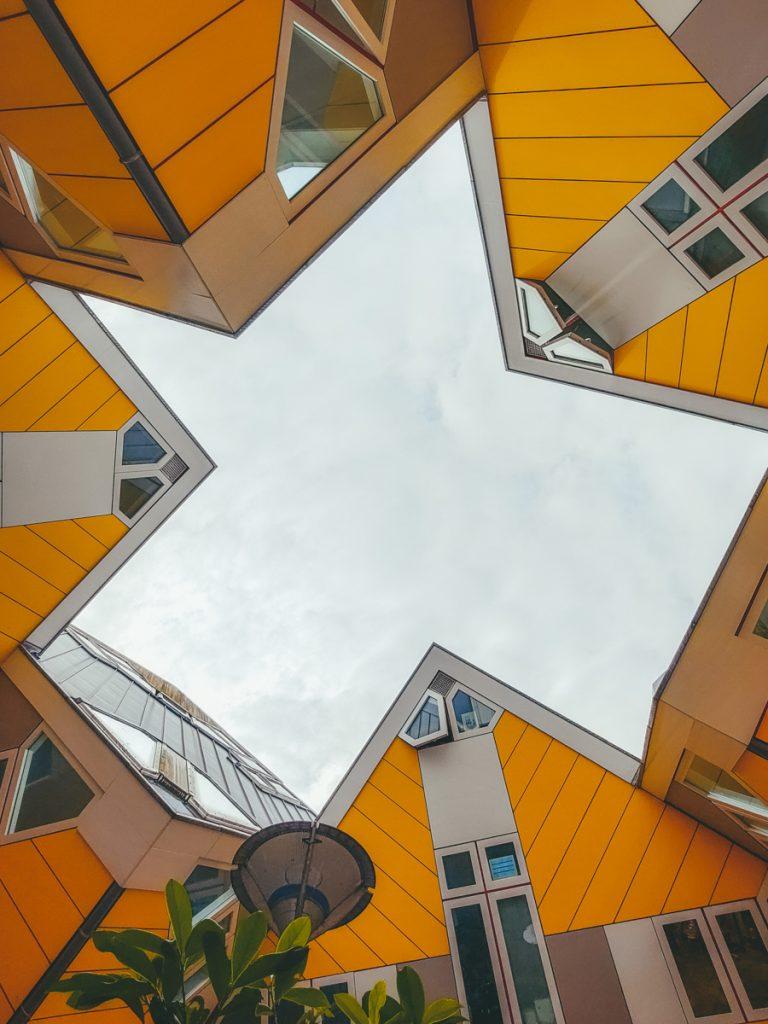 De kubuswoningen van Rotterdam van onderaf gefotografeerd
