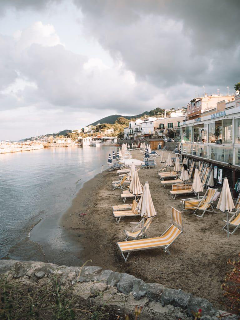 Een strand op Ischia
