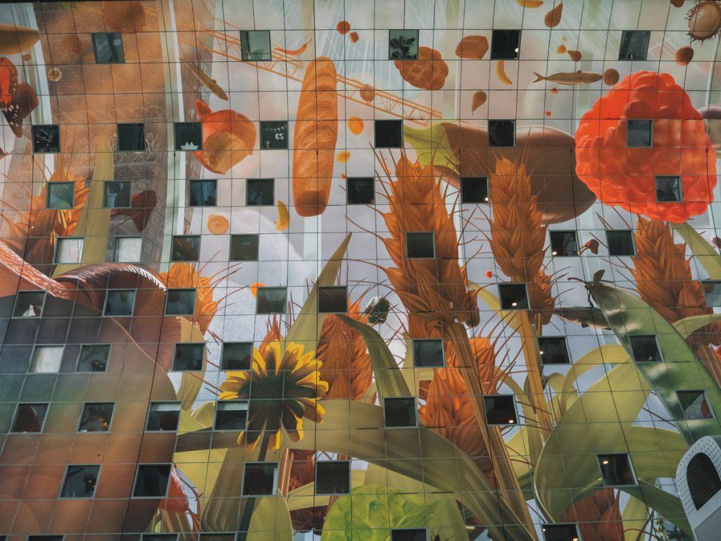 Het grootste kunstwerk van de wereld in de Markthal, bestaande uit allerlei prachtige geschilderde bloemen