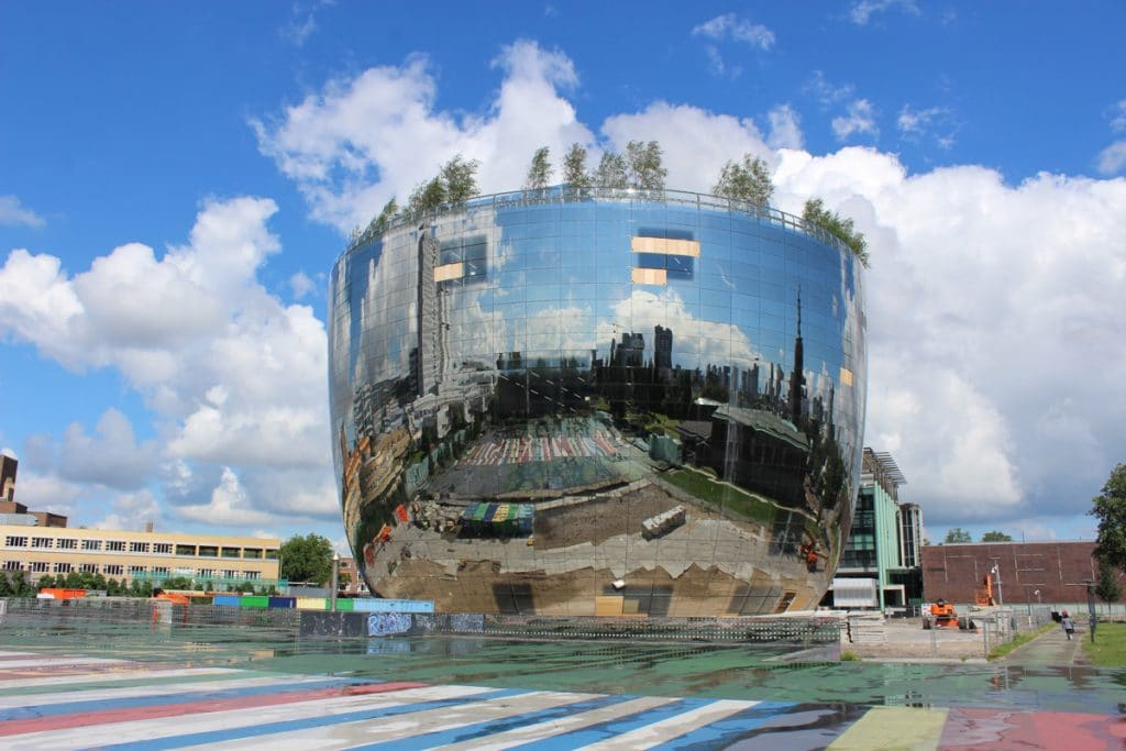 Het prachtige ronde, glazen gebouw van een museum