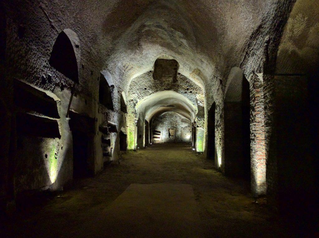 De ondergrondse grotten en tunnels