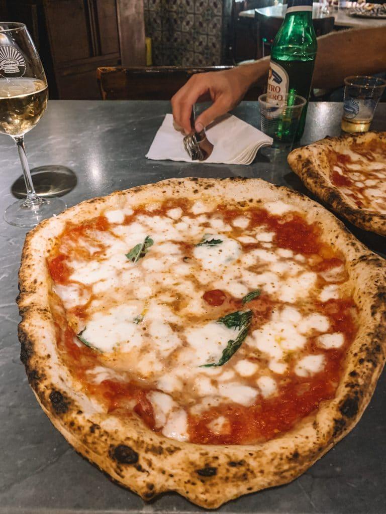 Een van de lekkerste pizza's in het centrum van Napels