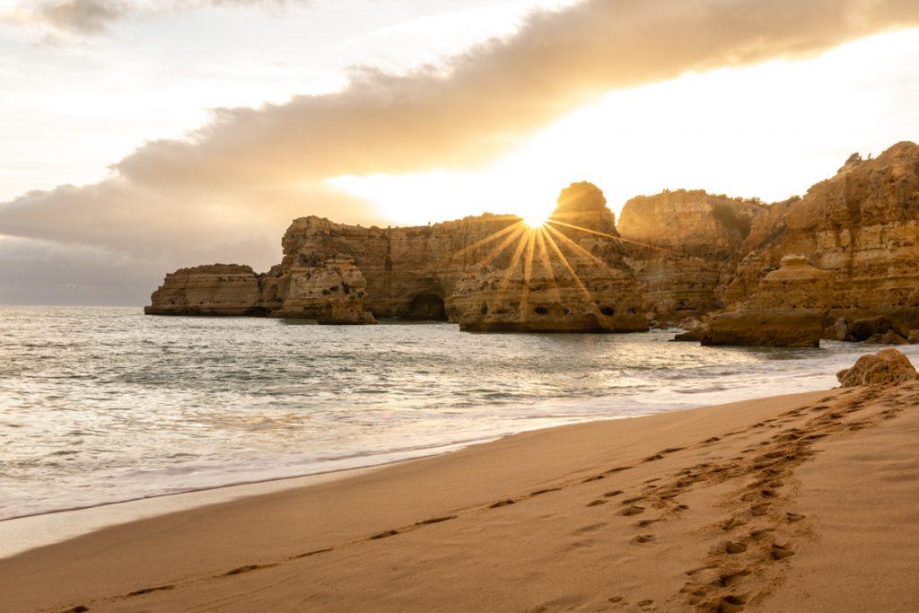 Praia da Marinha is ooit uitgeroepen tot het mooiste strand ter wereld en het is overduidelijk een van de mooiste stranden van de Algarve in Portugal