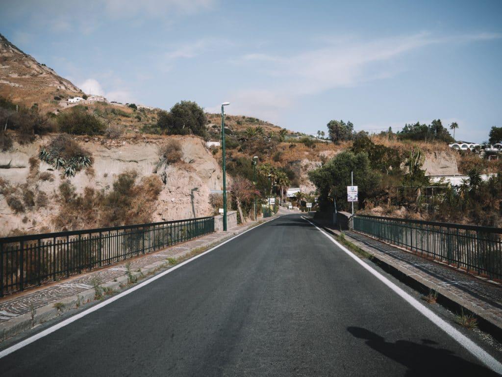 De goed geasfalteerde weg van Ischia