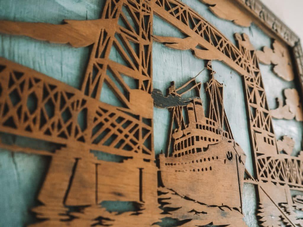 Kunstwerk aan de muur van de haven
