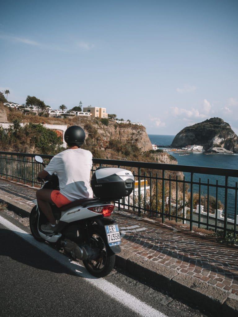 Scooter rijden op Ischia