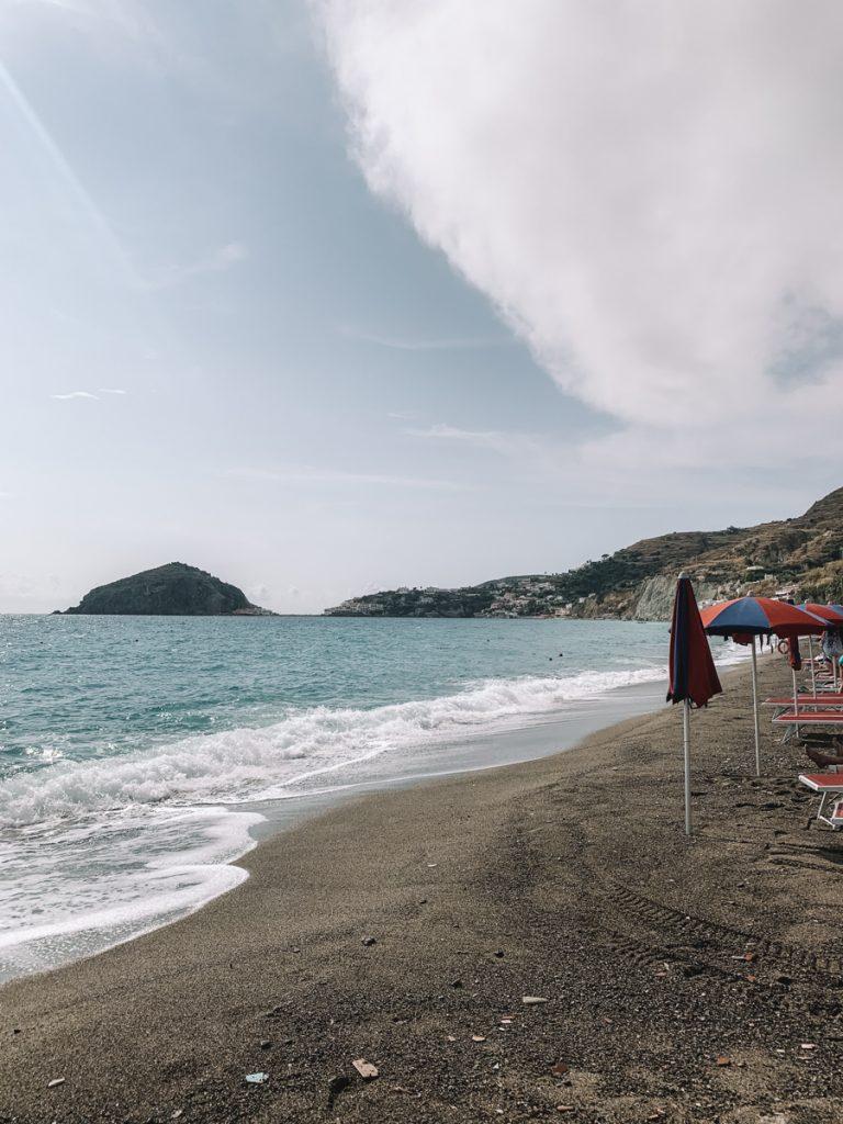 Het beste strand op Ischia in het oosten van het eiland