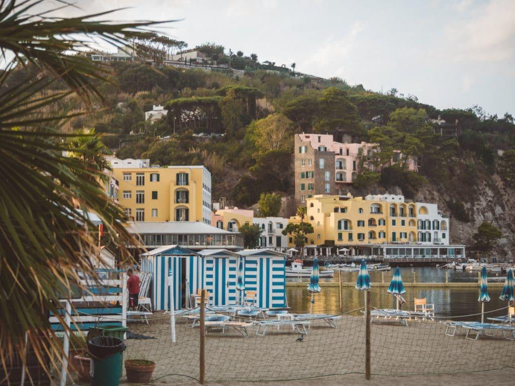 Strandhuisjes met een groene berg op de achtergrond