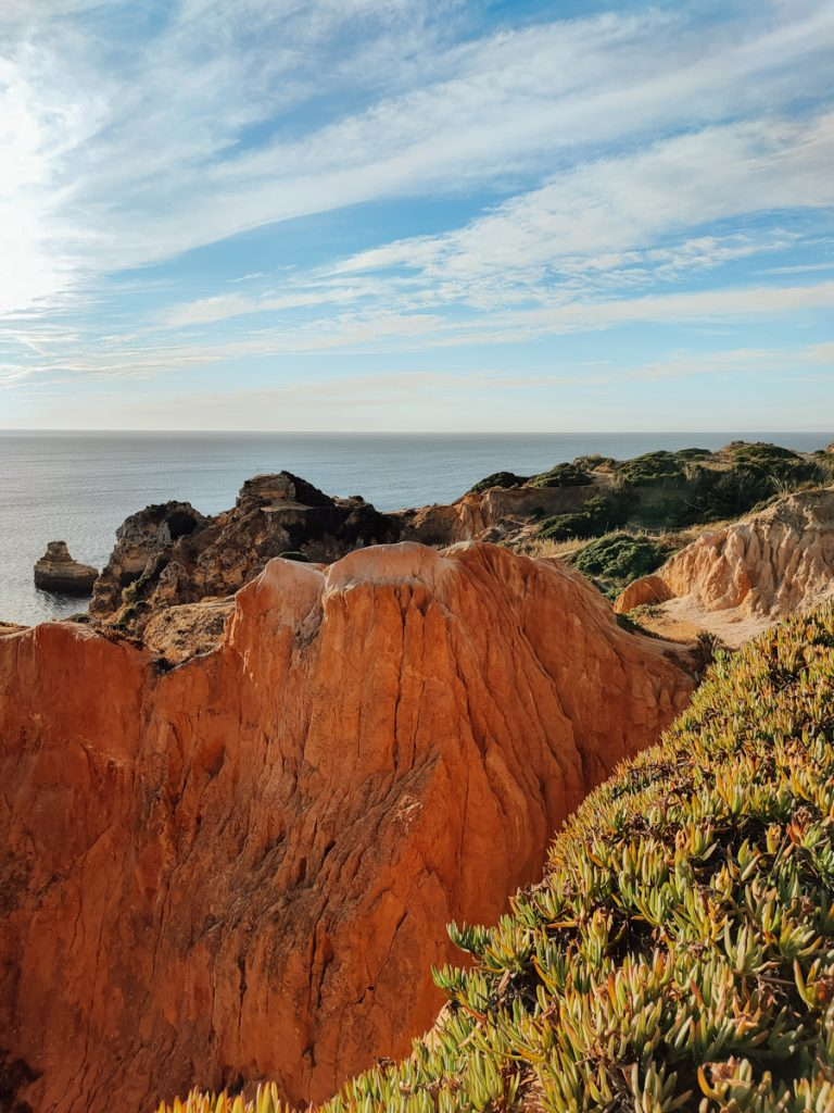 De rode kliffen in Portugal
