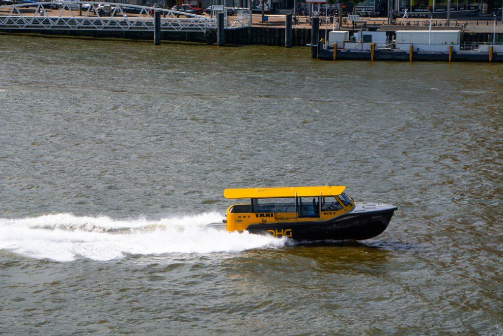 Tijdens een dagje Rotterdam moet je zeker de watertaxi nemen, een gele boot dat met volle snelheid crosst over de Maas