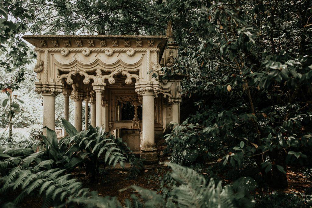 De tuin van het Palacio Quinta da Regaleira is een van de te gekke bezienswaardigheden in Sintra
