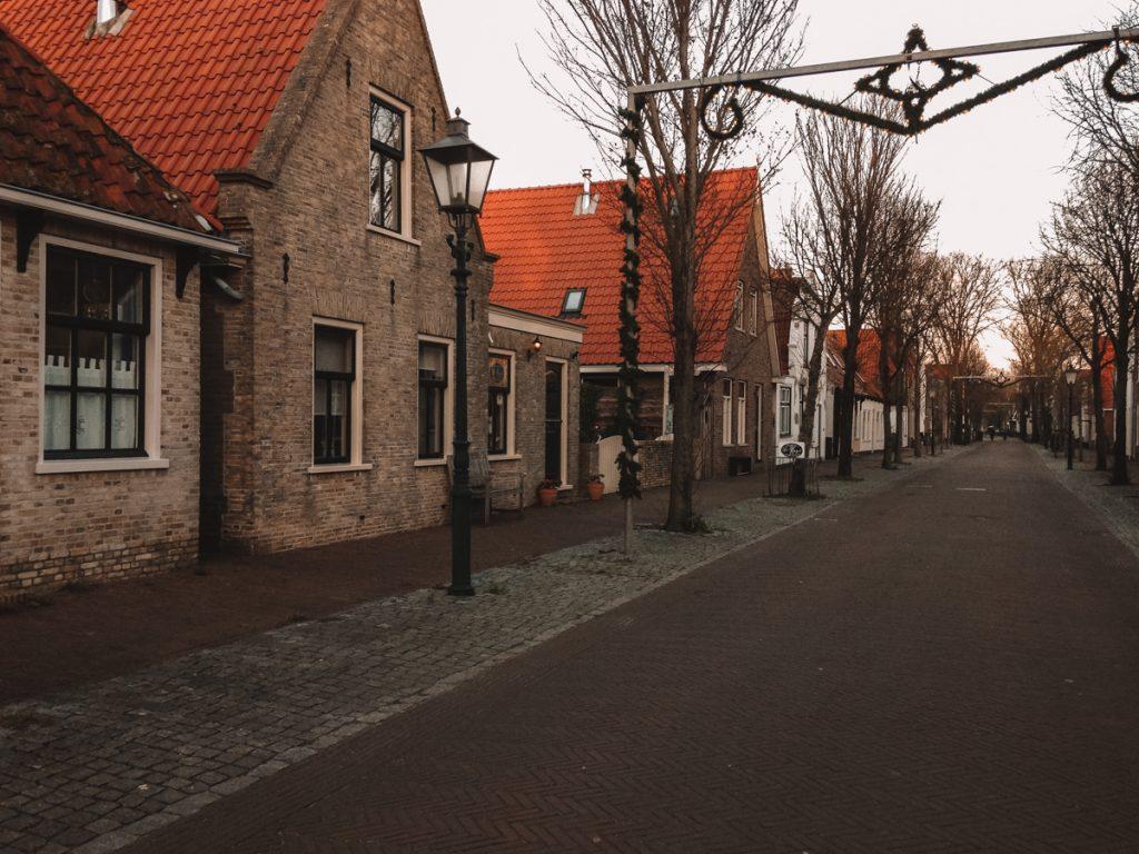 Wat sowieso leuk is om te doen op Vlieland? Struinen door de Dorpsstraat, vol oudhollandse huisjes.