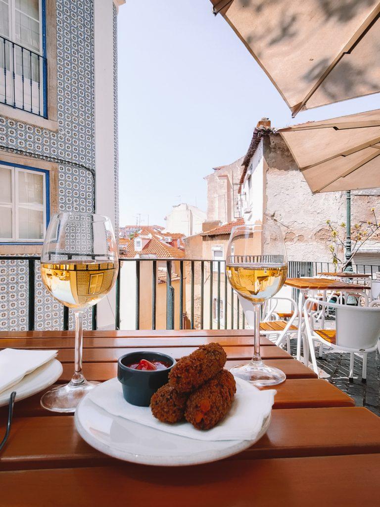 Twee wijntjes en een hapje op het terras