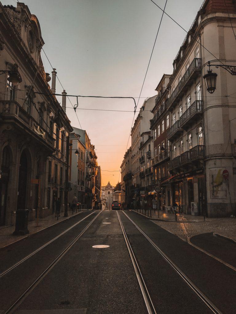 Zonsondergang tussen de straten van Lissabon