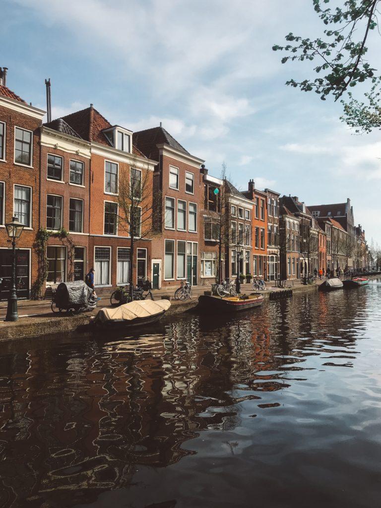 Tijdens een dagje Leiden kun je niet om de prachtige herenhuizen heen