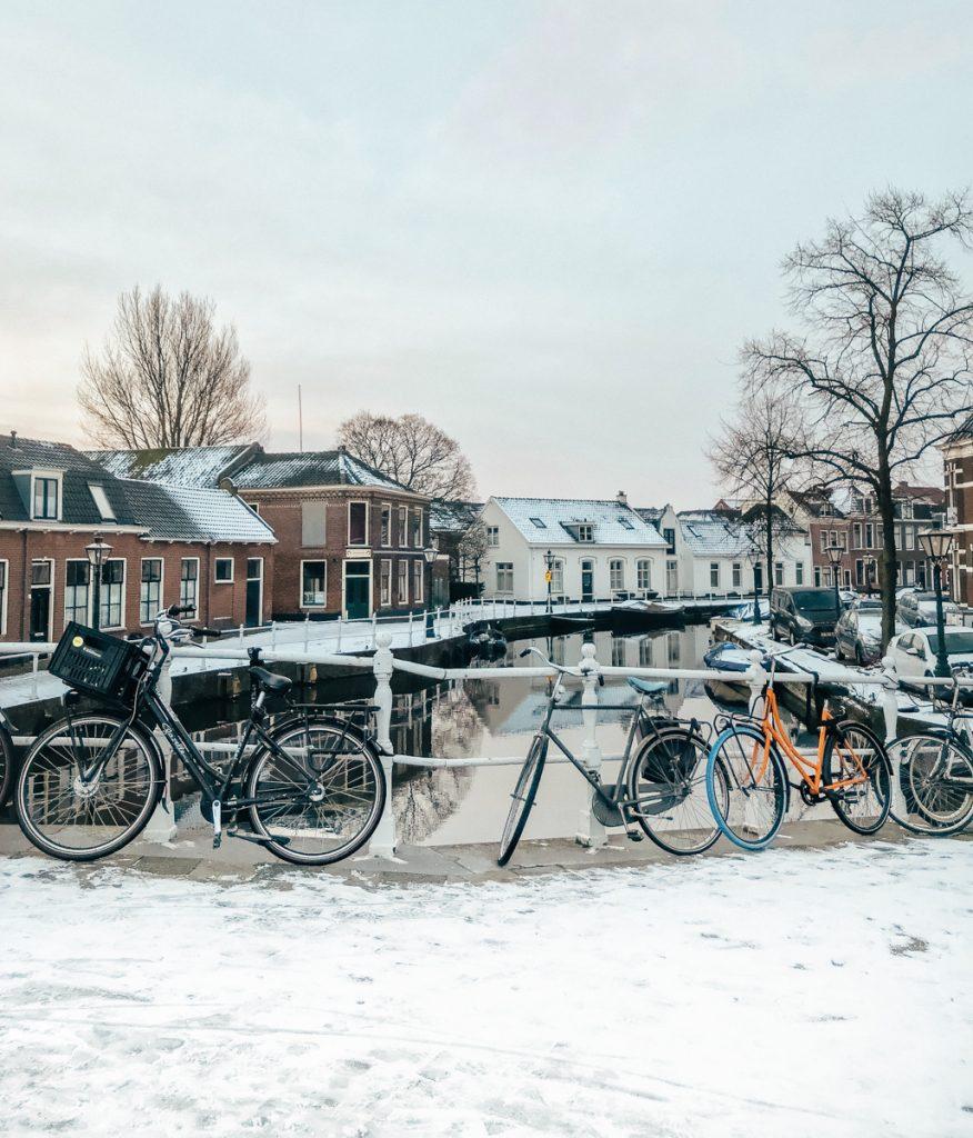 Sneeuw aan de grachten van Leiden
