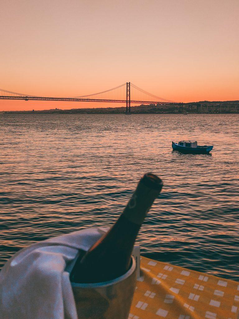 Zonsondergang met een flesje wijn