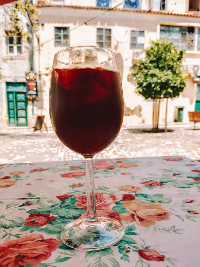 Een glas sangria aan een leuk pleintje in de wijk Mouraria