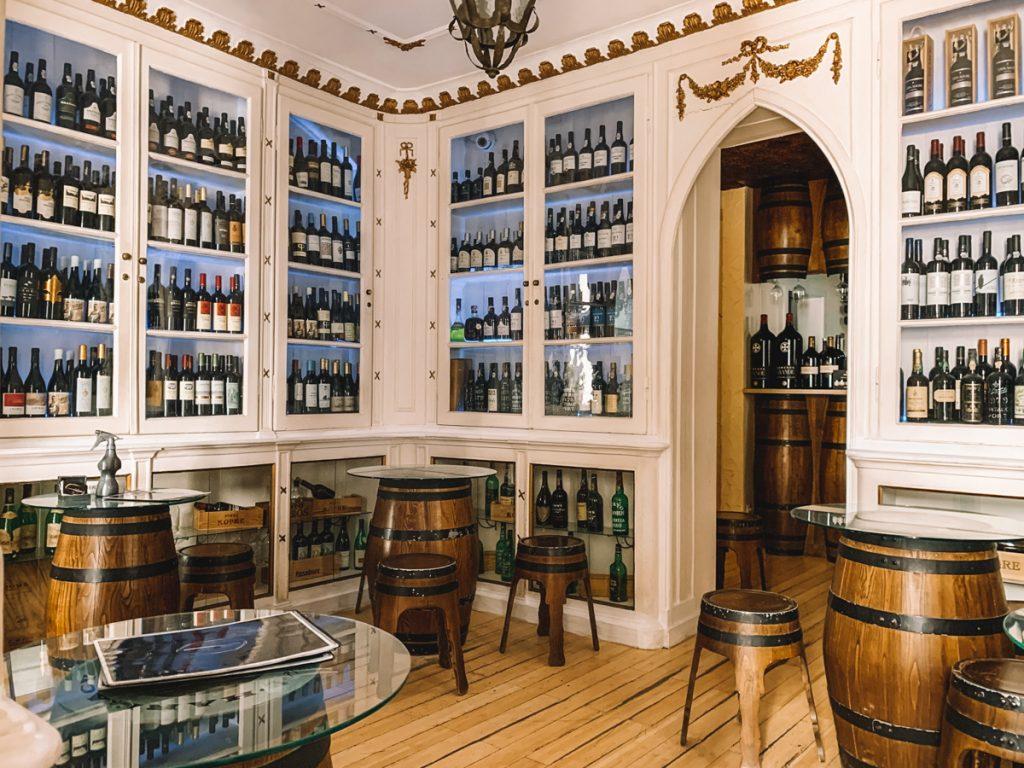 Vitrines vol flessen wijn
