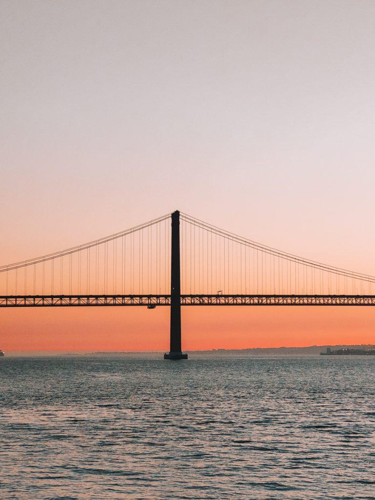 Zonsondergang bij Ponte 25 de Abril