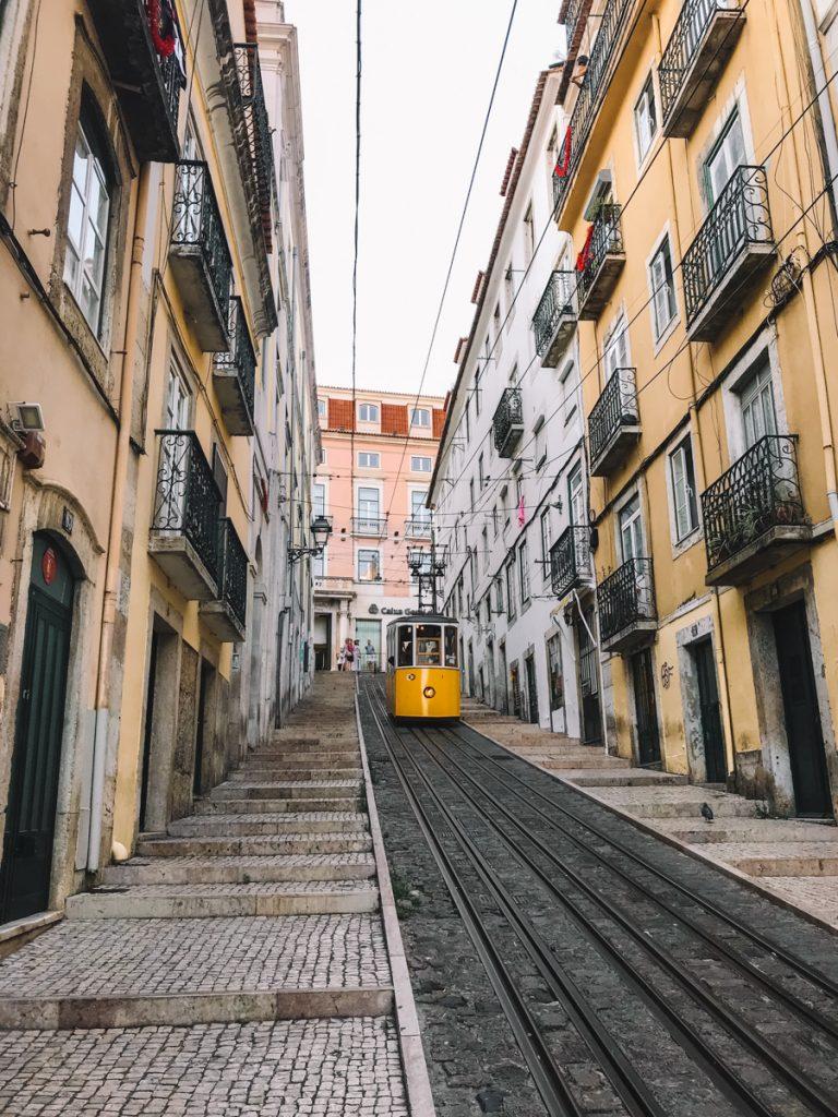 Een van de belangrijkste bezienswaardigheden van Lissabon is het gele trammetje