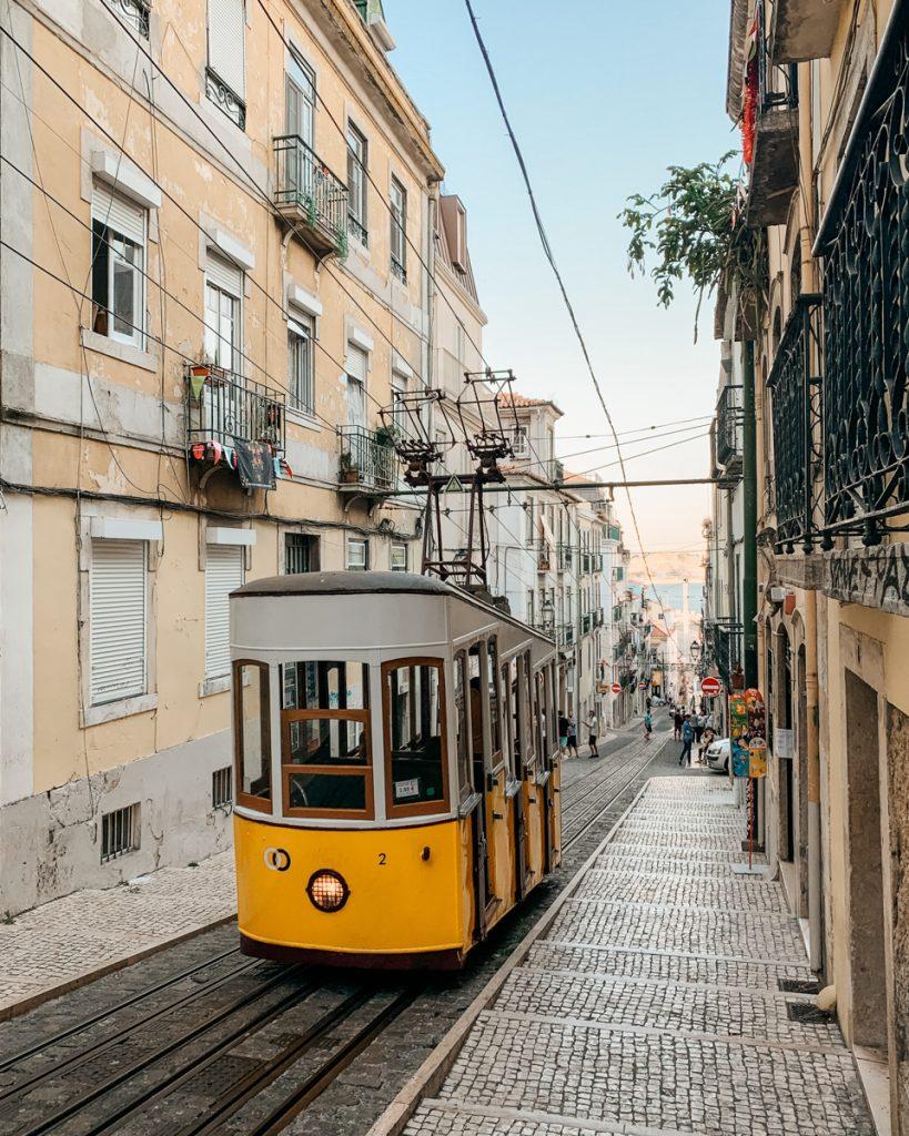 Een geel iconisch trammetje