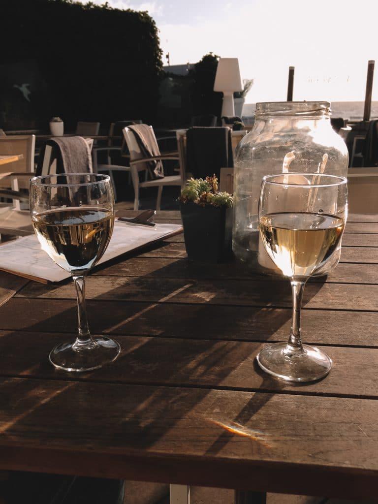 Wijn drinken op het terras van Gestrand