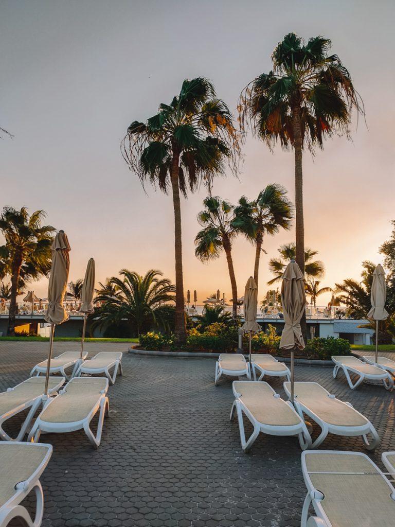 Ligbedjes en palmbomen bij RIU Gran Canaria