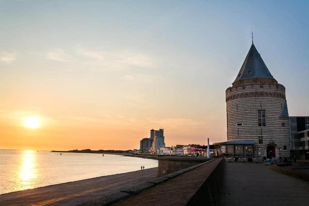 Gevangentoren Suite in Vlissingen tijdens zonsondergang, een van de leukste en uniekste hotels van Nederland