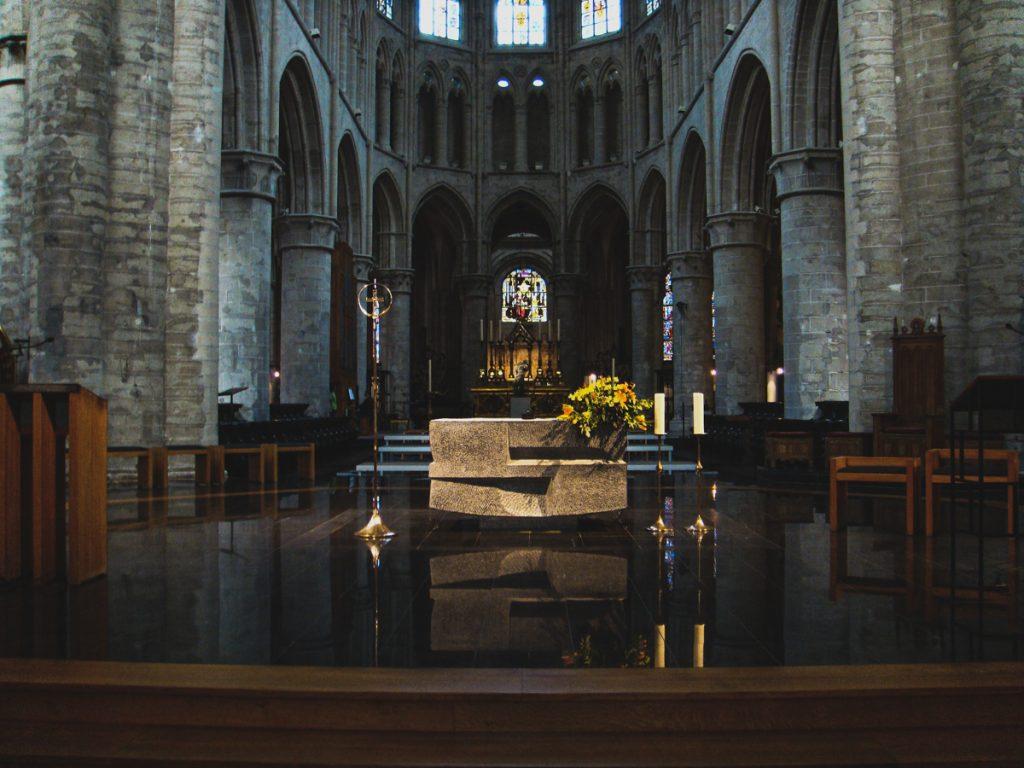 De binnenkant van een kerk