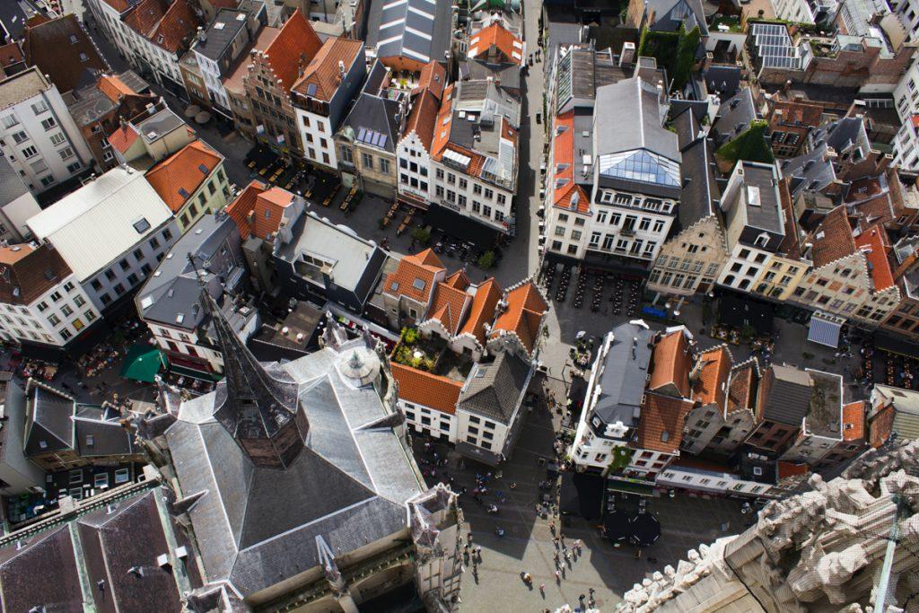 Antwerpen van bovenaf met de rode daken
