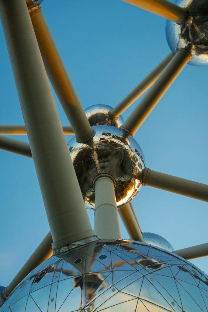 Atomium van onderaf