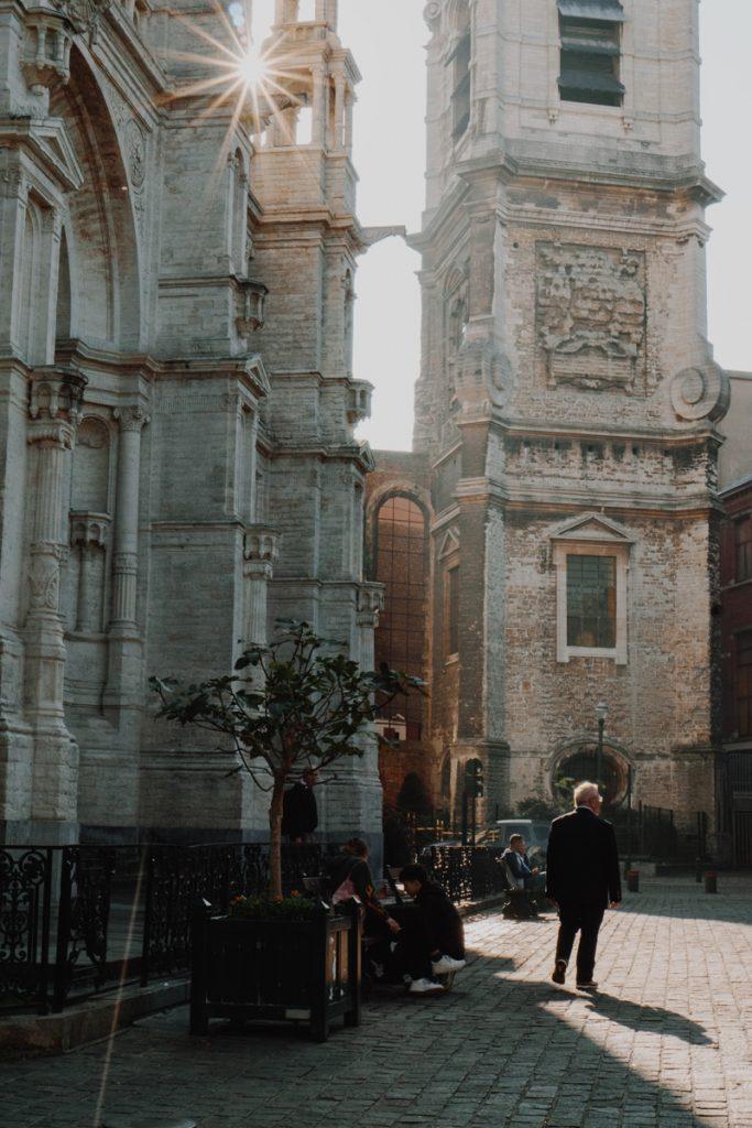 Een man lopend op straat in Brussel