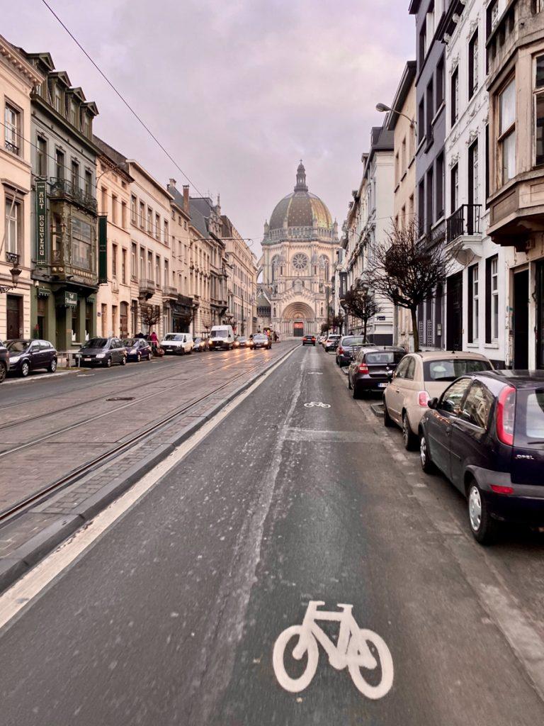 Een straat in Brussel met een prachtig gebouw aan het einde