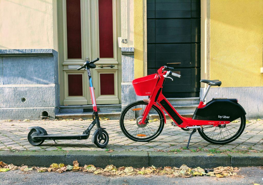 Een step en een fiets op straat