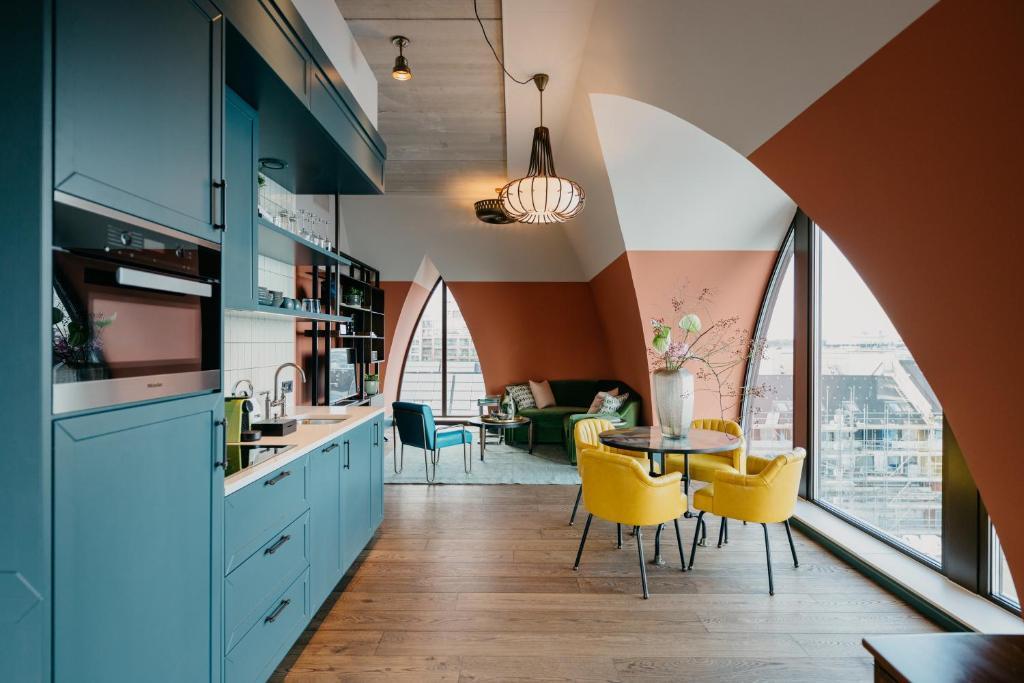 Het prachtige hotel van Hotel Boat & Co, met kleurrijke muren en keuken