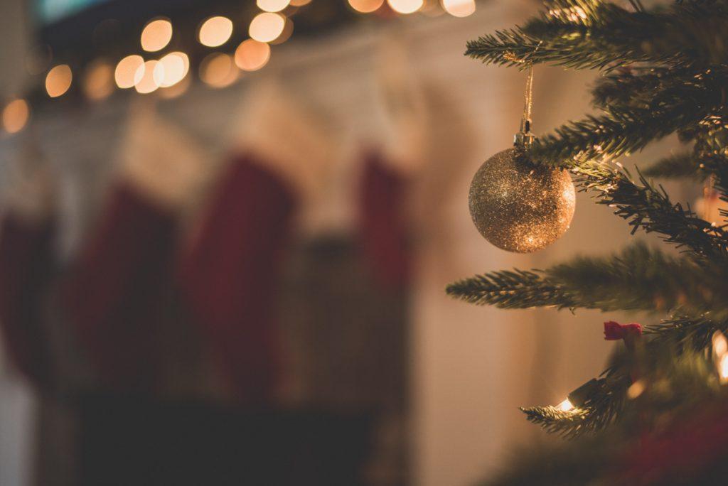 Een kerstbal in een kerstboom tijdens de kerstmarkt