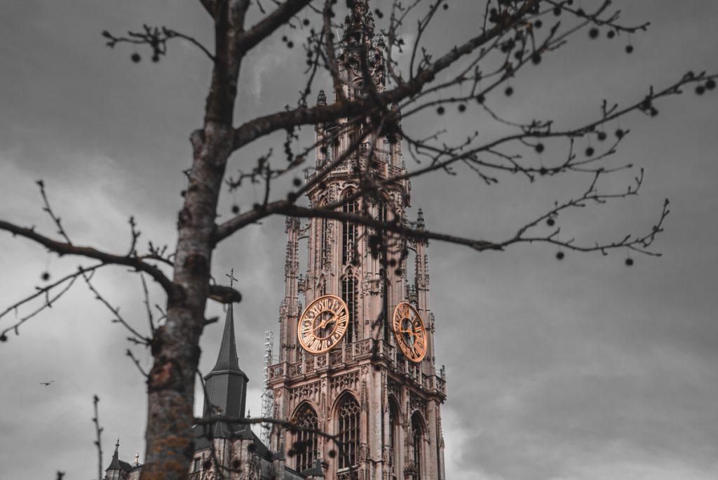 Een van de belangrijkste bezienswaardigheden is de Onze-lieve-vrouwekathedraal. Hier zie je kerktoren met klok