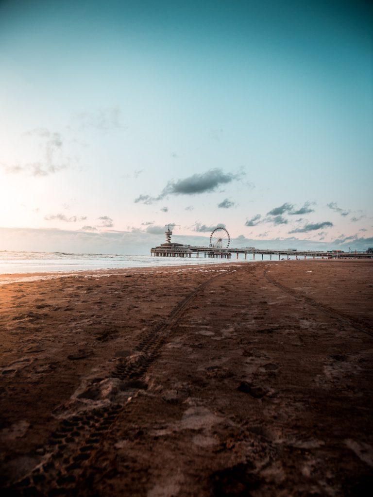 Het strand met de pier van Scheveningen op de achtergrond