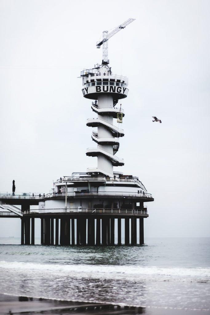 Bungeejump vanaf de pier van Scheveningen, zeker iets voor op je Nederland bucketlist