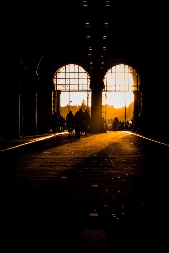 De doorgangen van het Rijksmuseum tijdens de zonsondergang