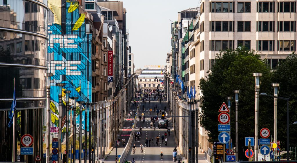 Een van de leukste bezienswaardigheden in Brussel is de street art, welke je door de hele stad vindt. Ook hier zie je een blauwgeschilderde muur met een mooie tekening!
