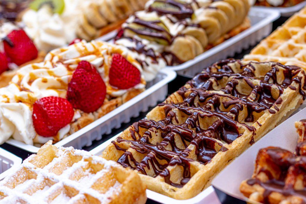 Wafels met chocola, aardbeien en poedersuiker