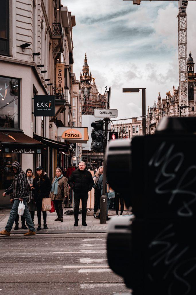 Mensen in de winkelstraat van Antwerpen