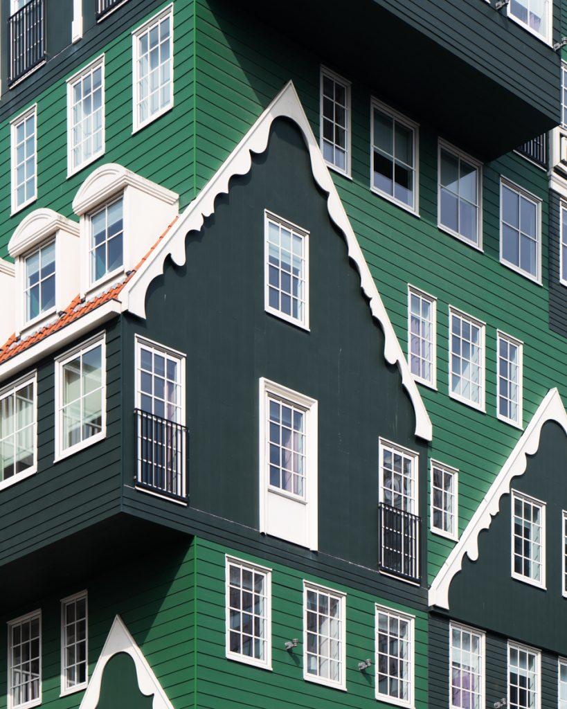 Het Inntel hotel in Zaandam met mijn groene Zaanse huisjes